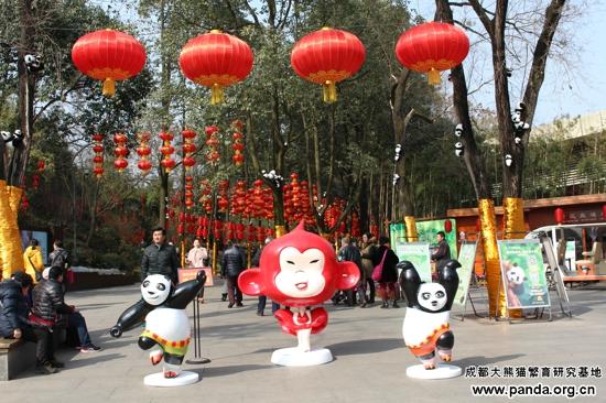 """一个灯笼上都贴上了熊猫头像的剪纸和""""大拜年""""的字样"""