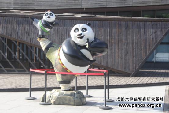 """此功夫熊猫凹着""""一字马""""造型傲立于烈日下"""